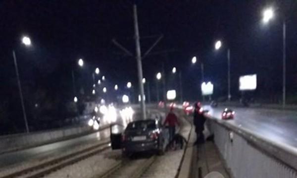 """Кола """"кацна"""" на трамвайна релса в София"""