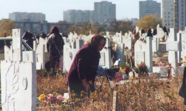 На изхода на живота: Погребват покойник при 5 г. жителство