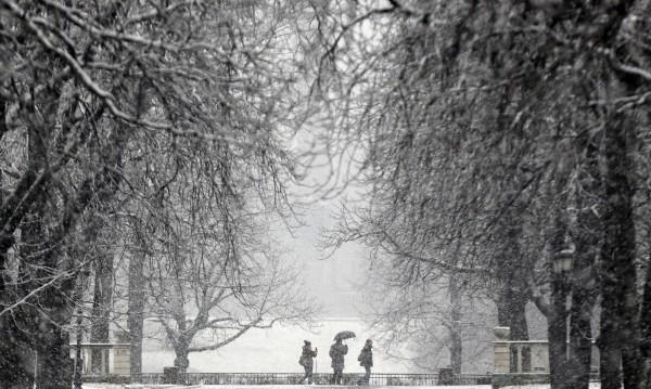 Над 500 машини чистят снега, най-много вали в Софийско