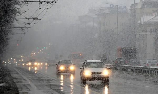 Сняг се сипе на парцали, но пътищата ни се чистят добре!