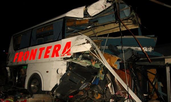 Дванайсет жертви при автобусна катастрофа в Мексико
