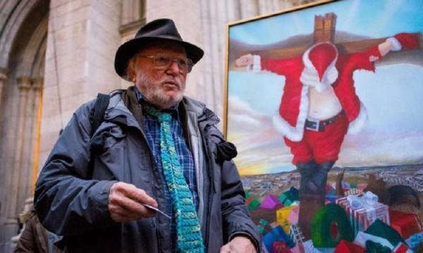 Над купчина от подаръци... разпнат Дядо Коледа!