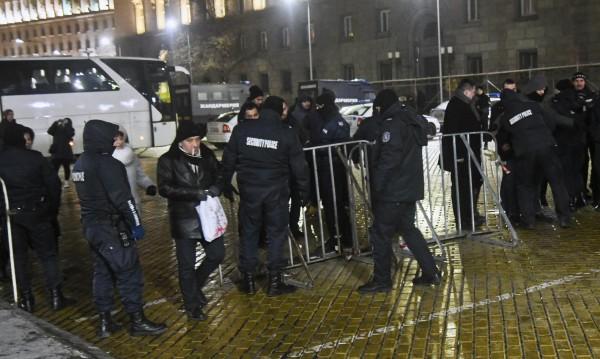 В София на Нова година: Полицаи с автомати, тежка техника...