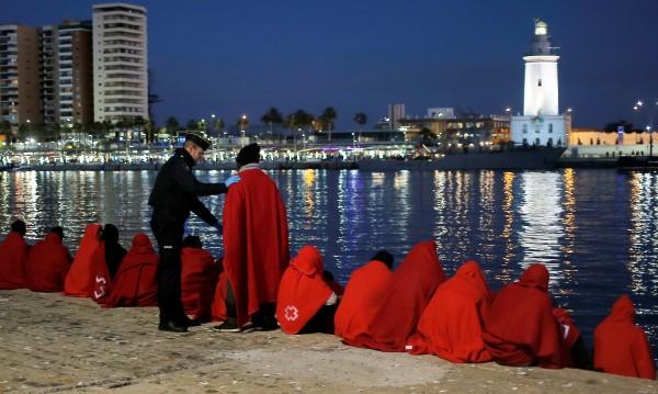 Мигранти атакуват Испания по море, броят им се е утроил за година