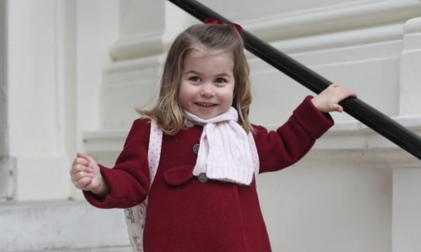 С раничка на гърба: Принцеса Шарлот тръгна на градина