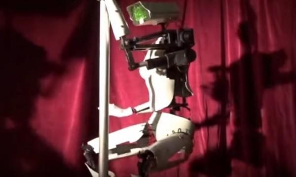 Стриптийз!? Роботи въртят ханш на пилони в Лас Вегас