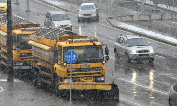 В София снегът е малко, но 61 снегорини сноват