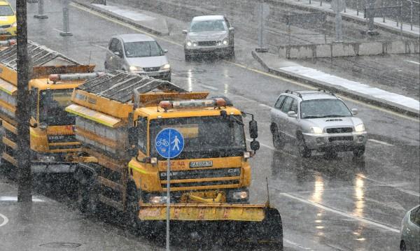 Над 700 машини борят снега в страната