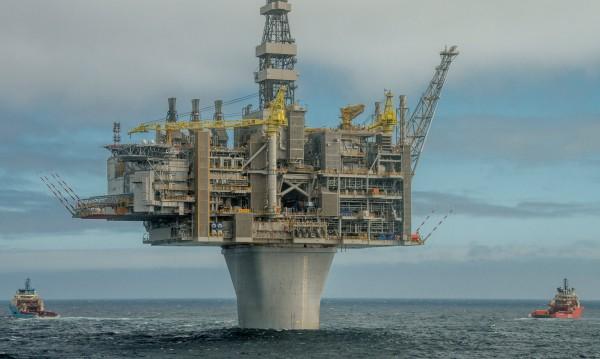 Петролът аха да скочи до $70, но отстъпи леко