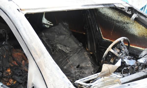 Мъж се поля с нафта и се самозапали в колата си
