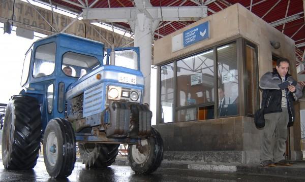 Фермерите изкарват тракторите, блокират пътища в Гърция