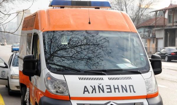 Мъж е с опасност за живота, блъснало го кола в Бургас
