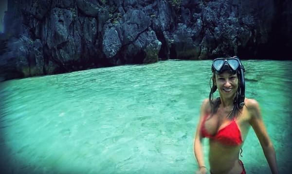 Алекс Раева се гмурна сред акули