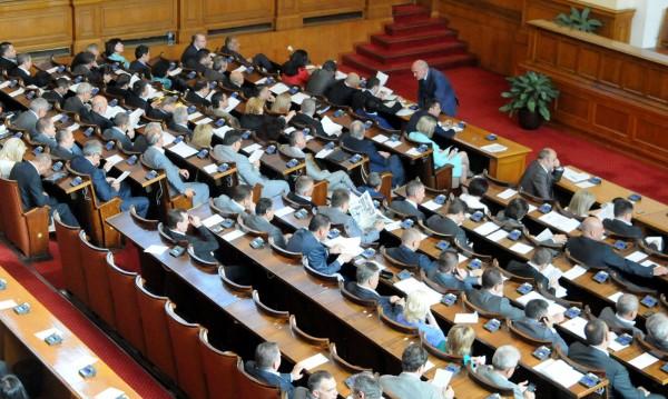 Вторник, 13 часа... парламентът се пълни за вота