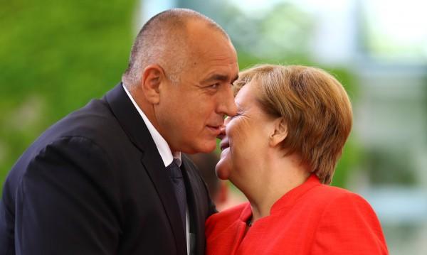 Меркел е затънала в проблеми, но пристига в София. Защо?
