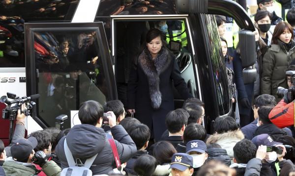 Историческо: Севернокорейска делегация в Южна Корея