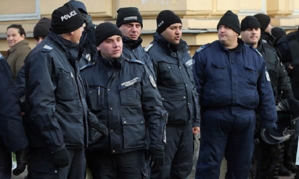 Заплатите на полицаите растат, на чантаджиите – също! С колко?