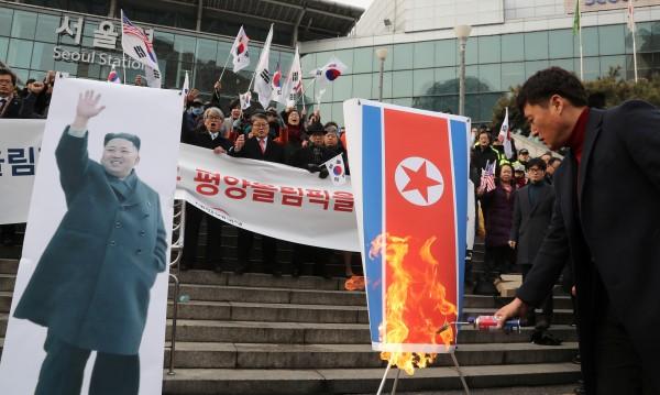 Южнокорейски активисти подпалиха снимка на Ким Чен Ун