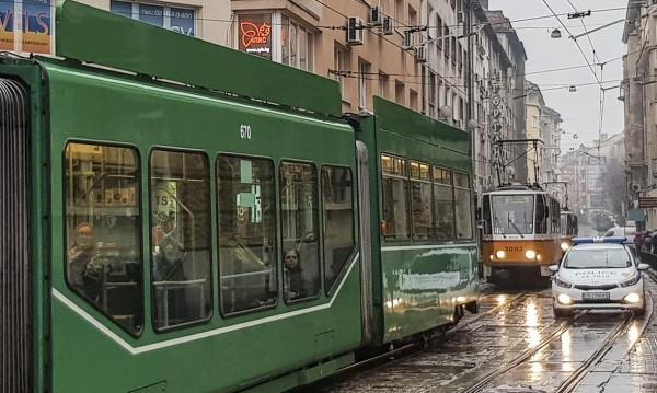 Микробус и трамвай се удариха, седем са пострадалите