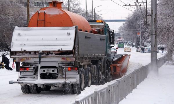 Над 900 машини ринат и обработват пътищата в страната