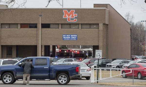 Двама ученици загинаха при стрелба в училище в САЩ