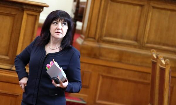 Караянчева: Ниското доверие към НС е заради Радев