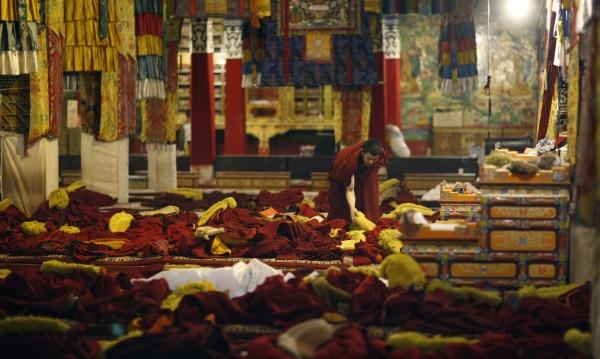Пекин поема контрола над най-големия манастир в Тибет