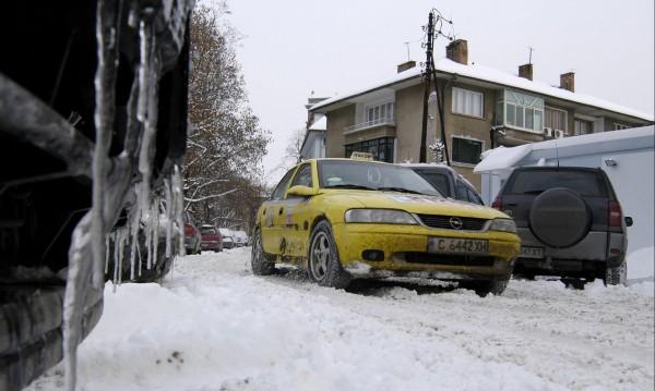 Дрогирани младежи ограбиха таксиджия край Казанлък