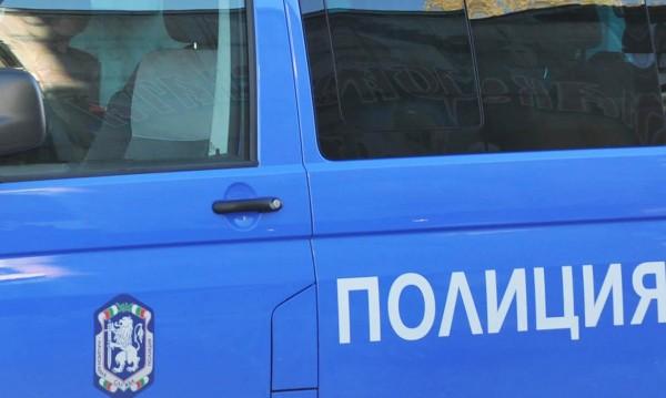 Нагло: Мъж и жена биха полицаи с дървени колове