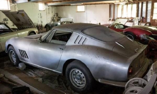Находка: В изоставен гараж откриха класически ретро автомобили