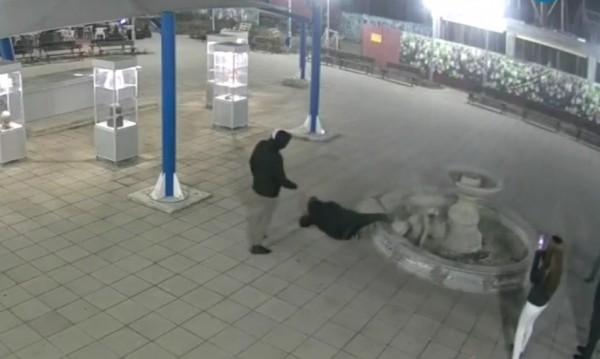 В центъра на Казанлък: Ученици счупиха 3-метров шадраван