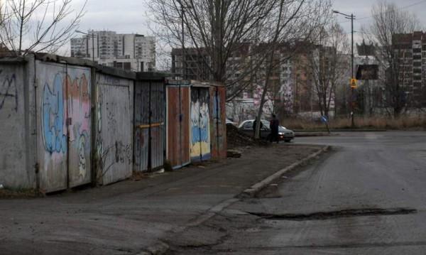 Незаконни гаражи никнат из София. Заемат мястото на две коли!
