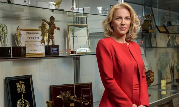 """Главният изпълнителен директор на Пощенска банка Петя Димитрова с приз """"Буров"""" за 2017 г."""