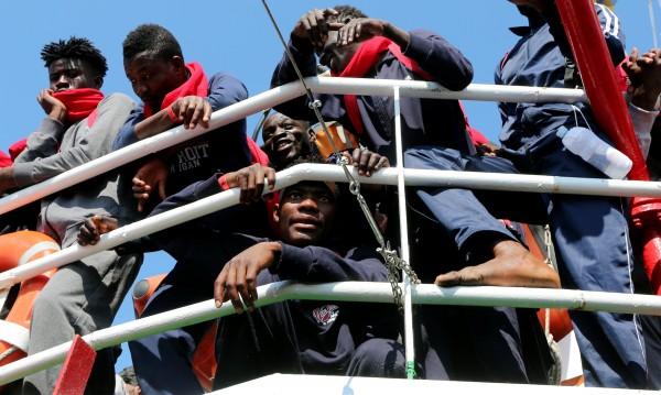 Стрелба, бой, сопи – 18 ранени в мигрантски лагер в Кале