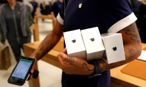 Apple продал по-малко, но пък по-скъпи телефони