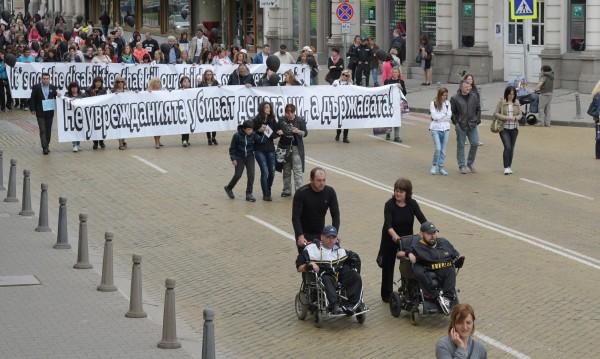 С черни балони и панихида на протест пред НДК