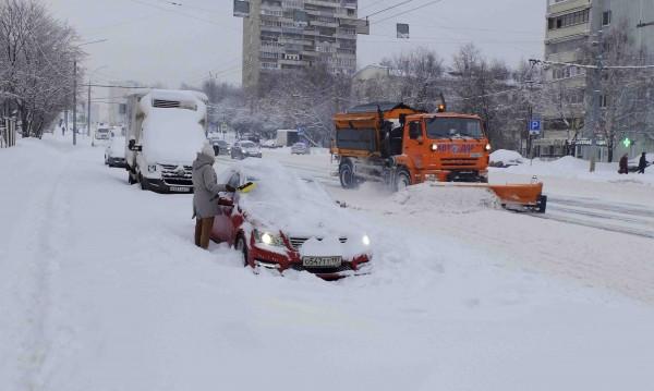 Москва затрупана от сняг, невиждан от 100 г. насам