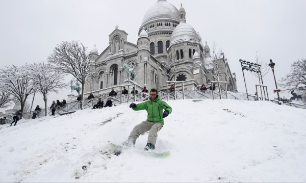 Париж под снежна блокада - рай за скиори и бордисти