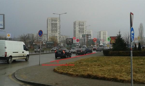 Трафик: Грешен пътен знак и излишна бус лента?!
