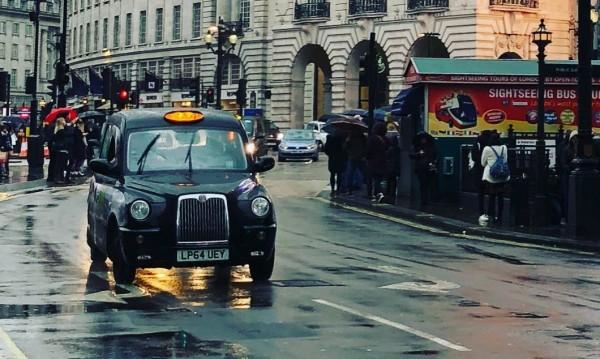 Услуга за празника на любовта: Срещи по 6 минути в такси