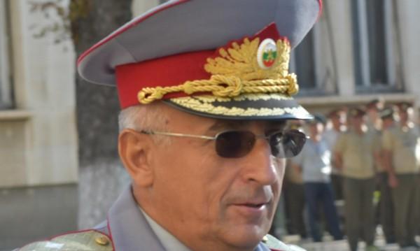 Нарушава ли правилата шефът на Военна академия? Каракачанов: Не!