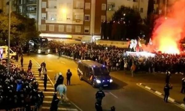 Ужас в Испания! Фенове на Валенсия атакуваха звезди на Барса