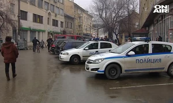 Единият нападател на полицаи в Ихтиман остава в ареста