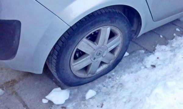 Непълнолетни срязали гуми на 16 коли! За разнообразие
