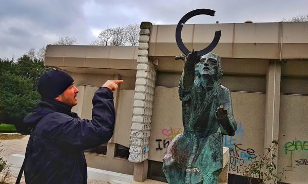 """Потрошиха глобуса на Коперник в """"Морската"""" във Варна"""