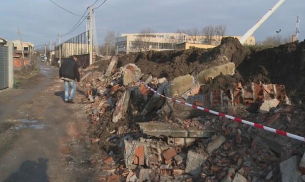 Оградата на гимназия в Хасково рухна. Защо?