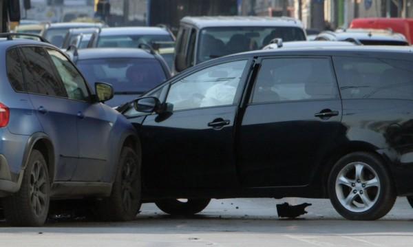 Хлъзгав път и над 10 коли във верижно ПТП в София