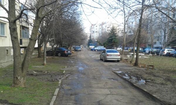 """От """"Младост"""": Детска площадка и паркче – обществен паркинг!"""