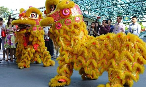 Китай посреща Нова година. И Жълтото земно куче