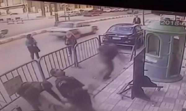 На точното място: Полицаи спасиха падащо от балкон дете
